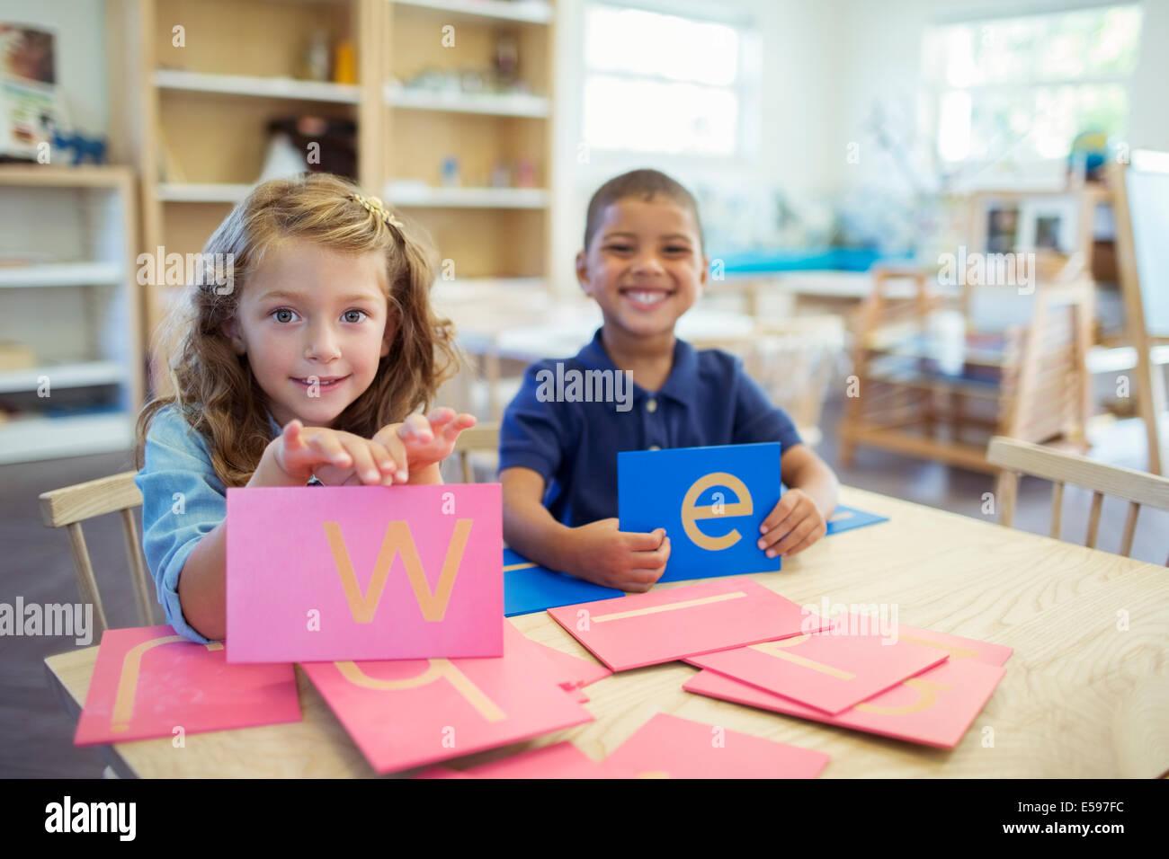 Los estudiantes que estén en posesión de cartas en el aula Imagen De Stock