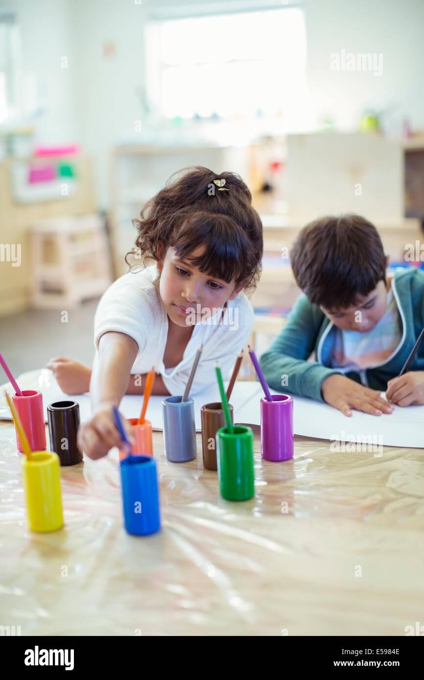 Los estudiantes en el aula de pintura Foto de stock