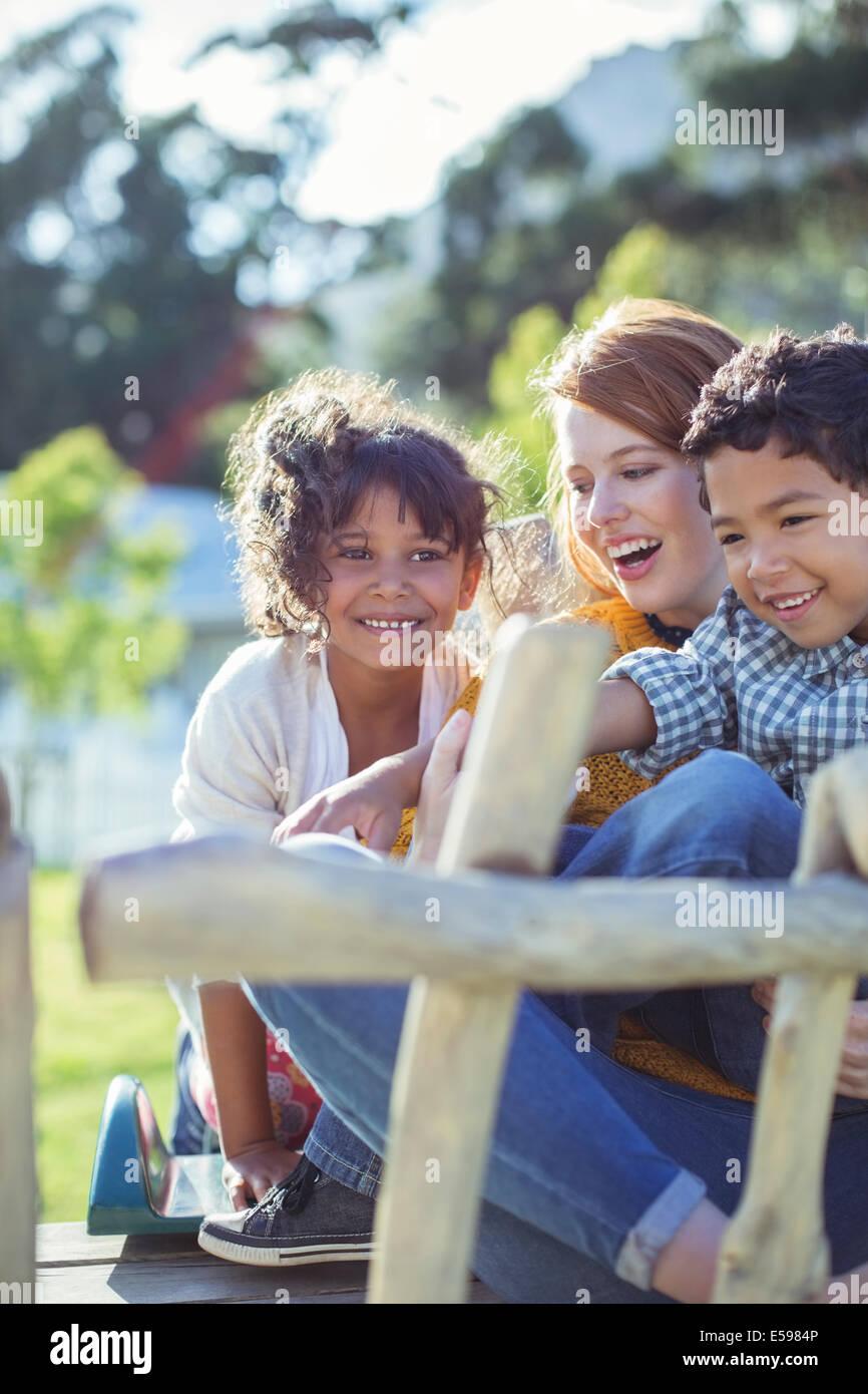 Los alumnos y el profesor sentados al aire libre Imagen De Stock
