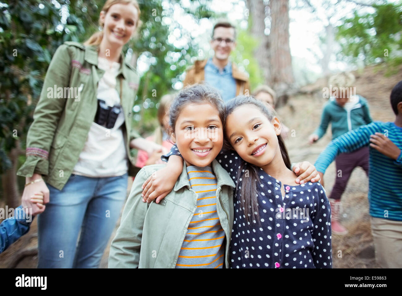 Estudiantes y profesores en el bosque sonriente Imagen De Stock