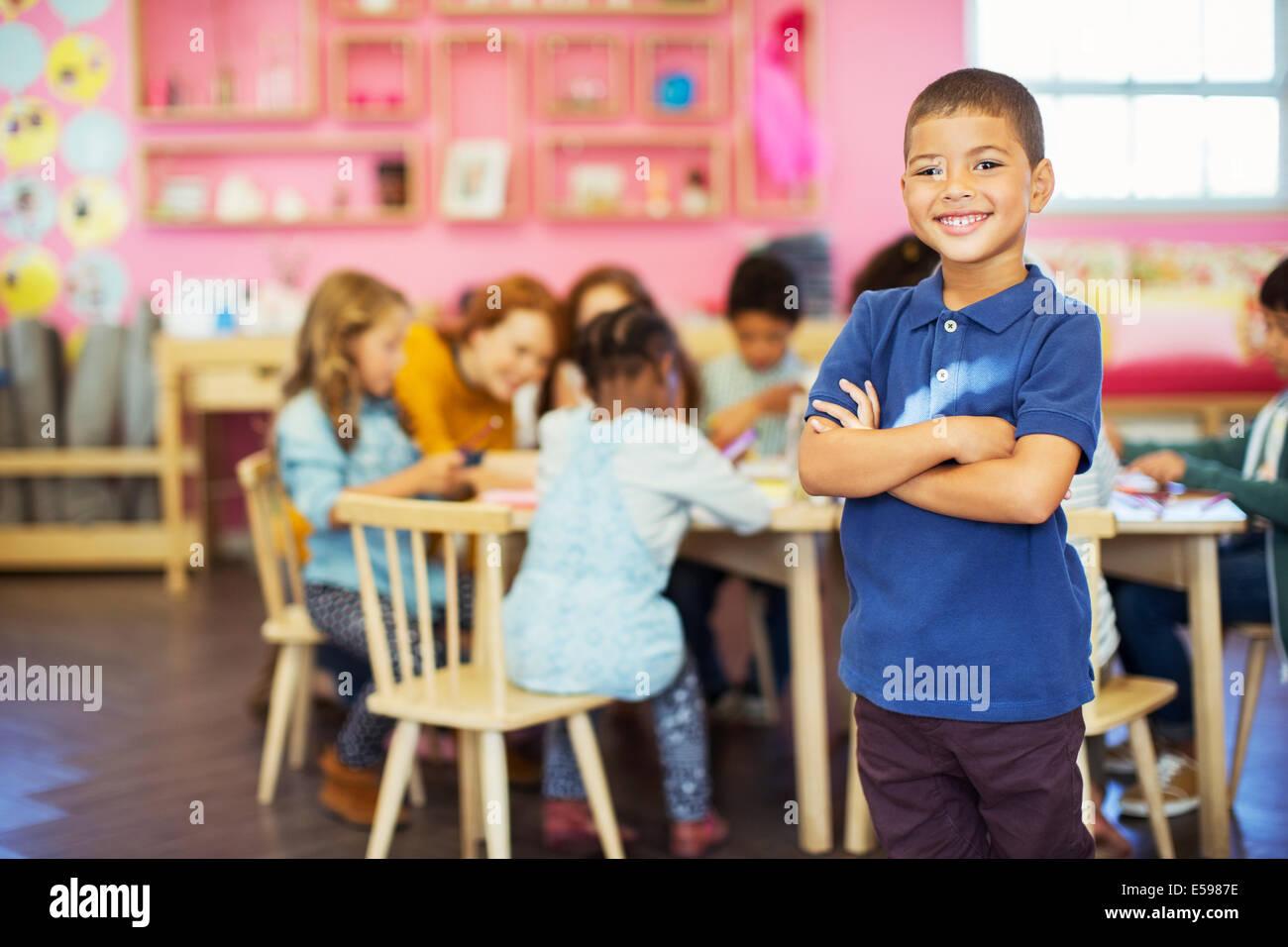 Estudiante sonriendo en el aula Imagen De Stock