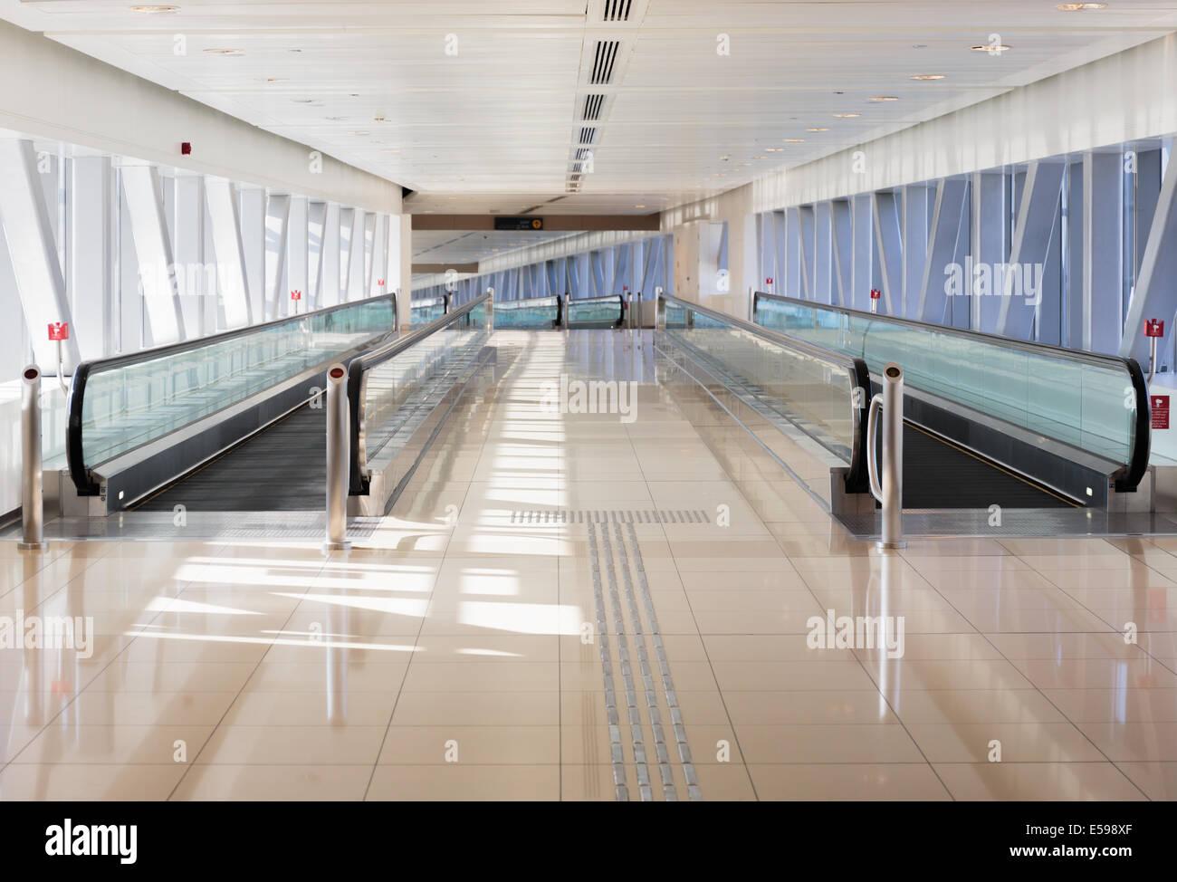 DUBAI, EMIRATOS ÁRABES UNIDOS - Octubre 31: Interior de la estación de metro de Dubai. Metro más largo del mundo, red de metro totalmente automatizado (75 km) en O Foto de stock