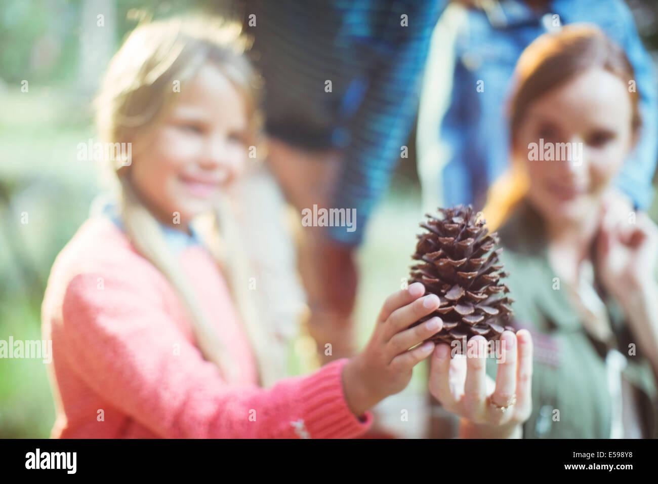Los alumnos y el profesor la celebración de cono de pino en el bosque Imagen De Stock