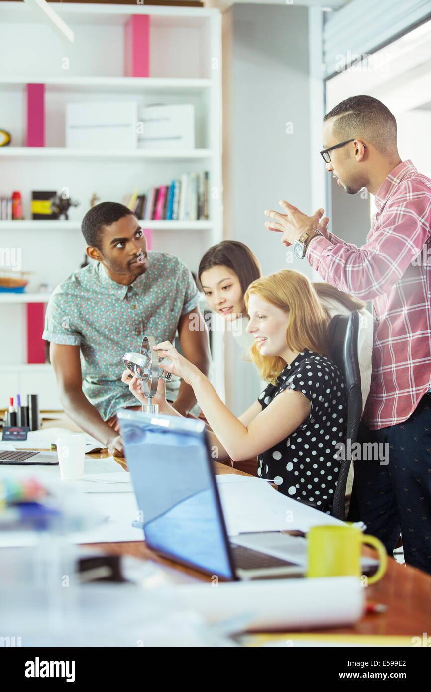 Las personas que trabajan juntas en la oficina Imagen De Stock
