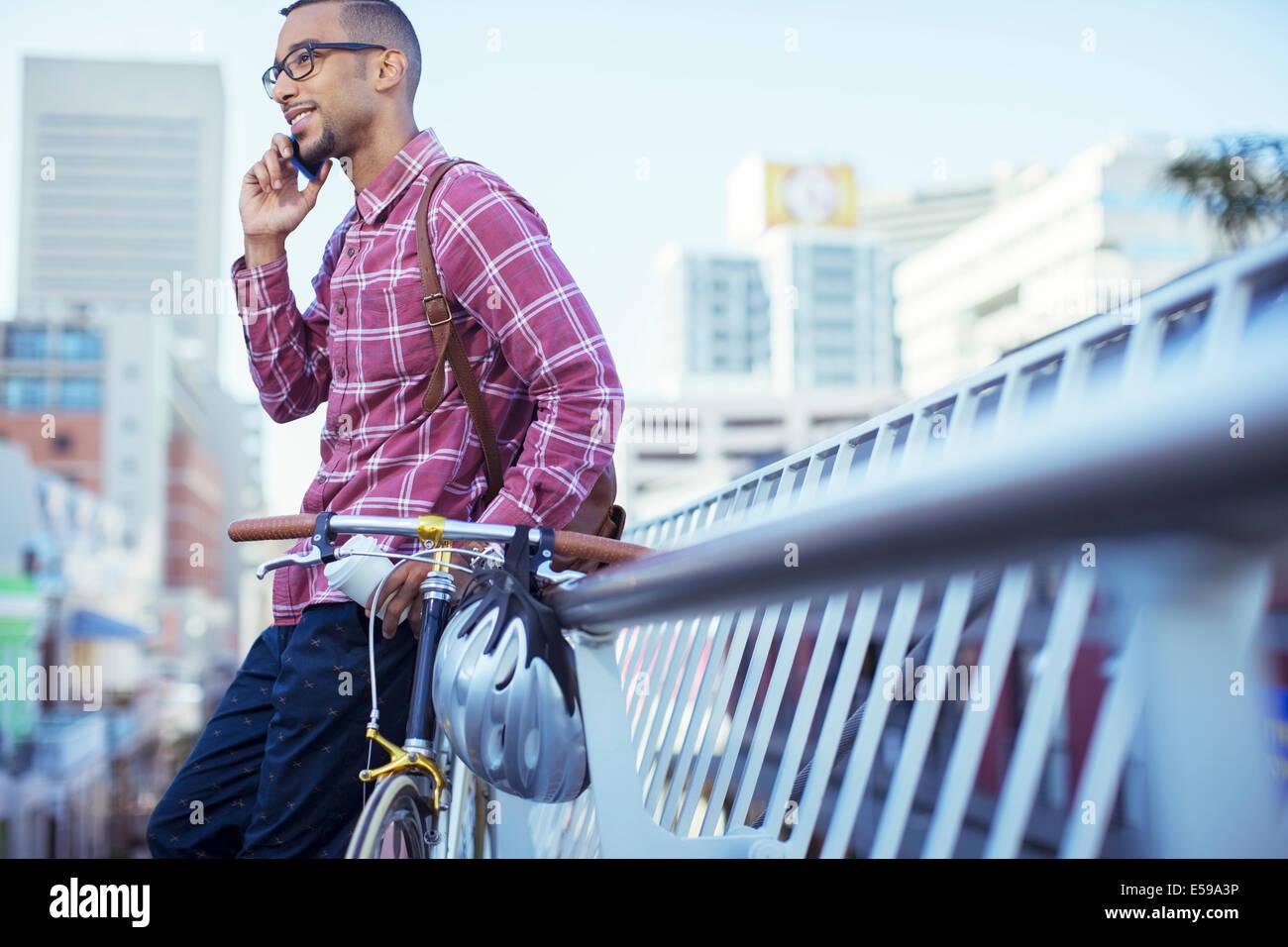 Hombre hablando por teléfono celular en las calles de la ciudad Foto de stock