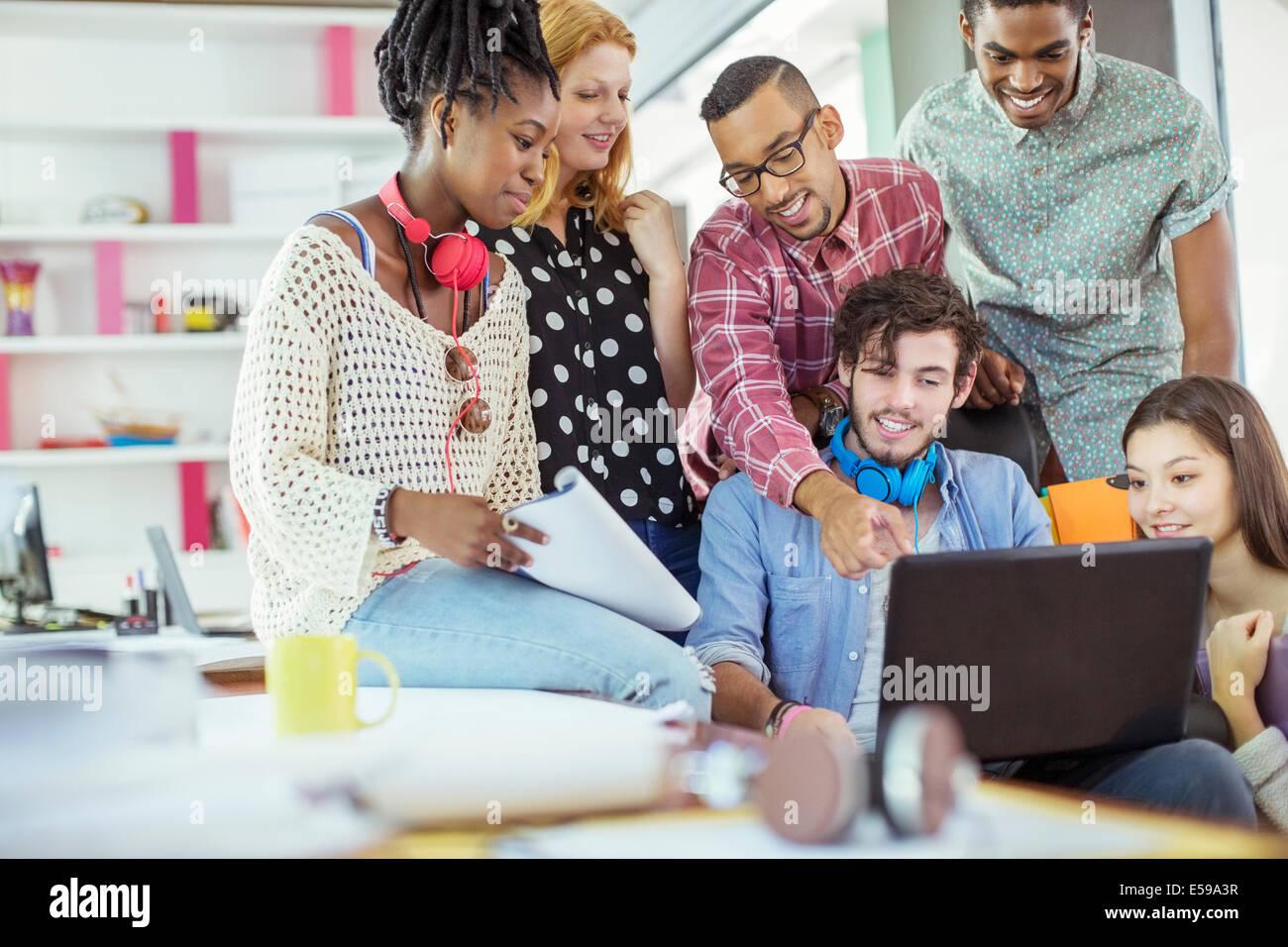 Las personas que trabajan juntas en la oficina Foto de stock