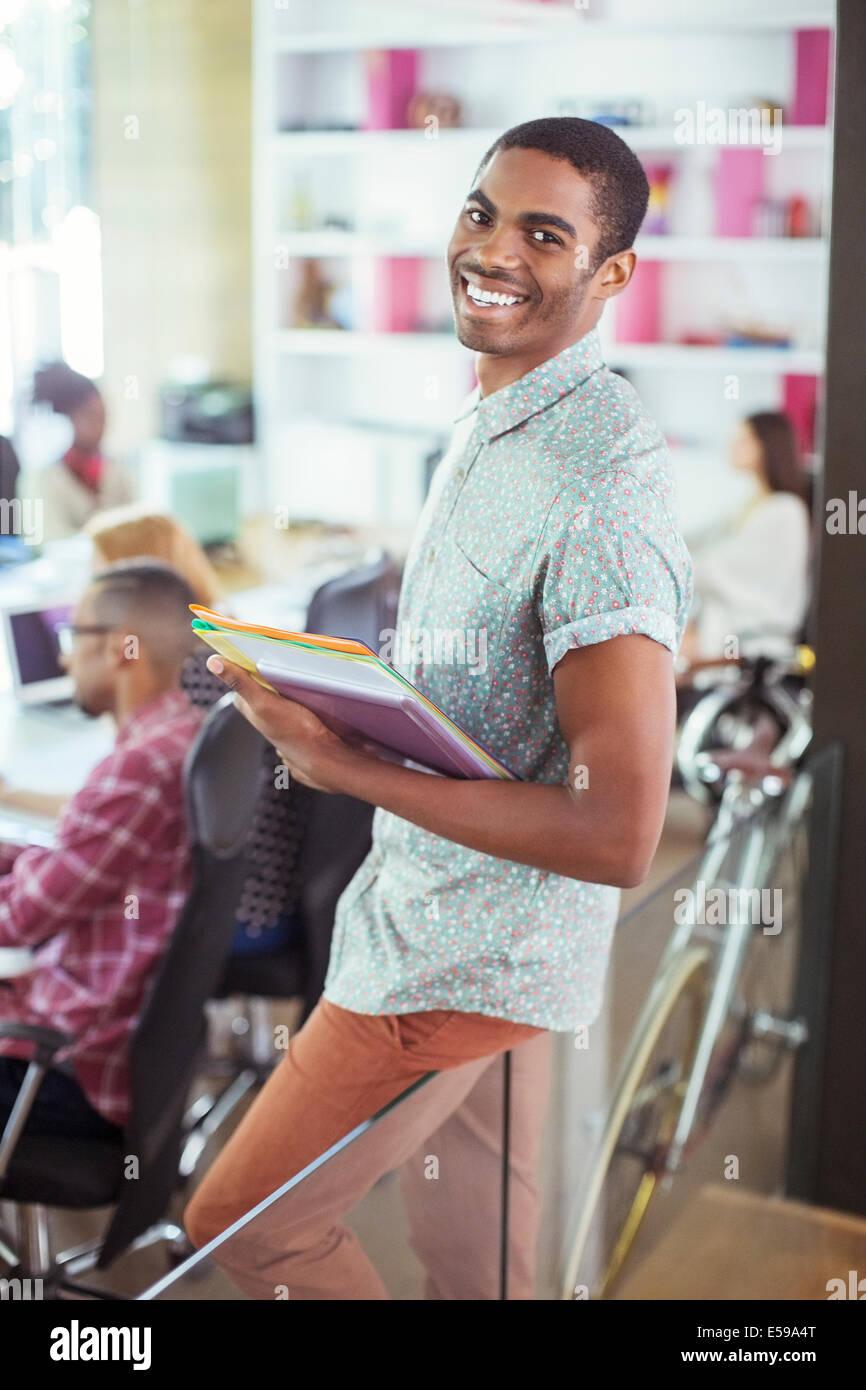 El hombre lleva carpetas en Office Imagen De Stock
