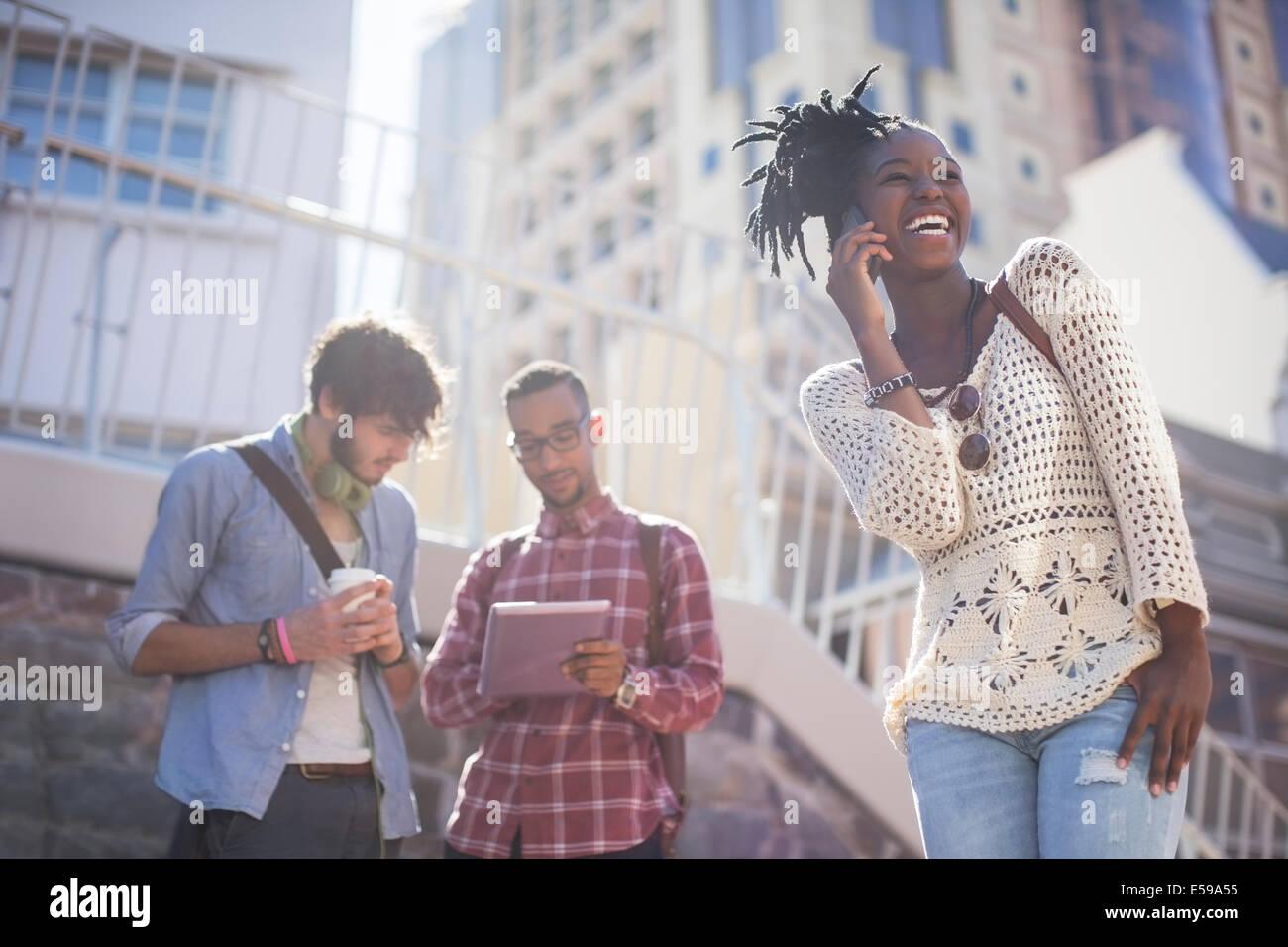 Amigos relajante juntos en las calles de la ciudad Foto de stock