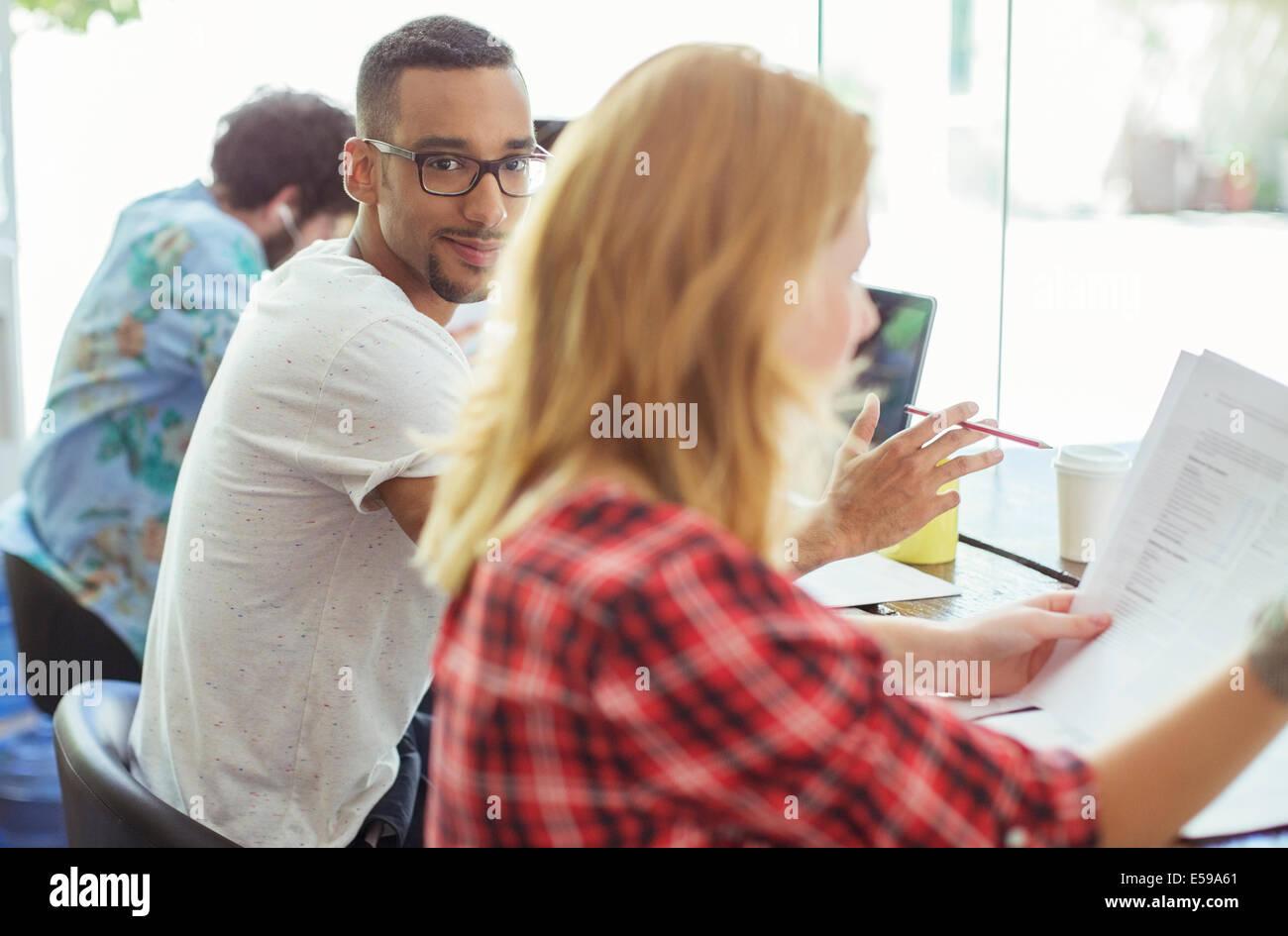 Las personas que trabajan en la mesa de conferencias Foto de stock