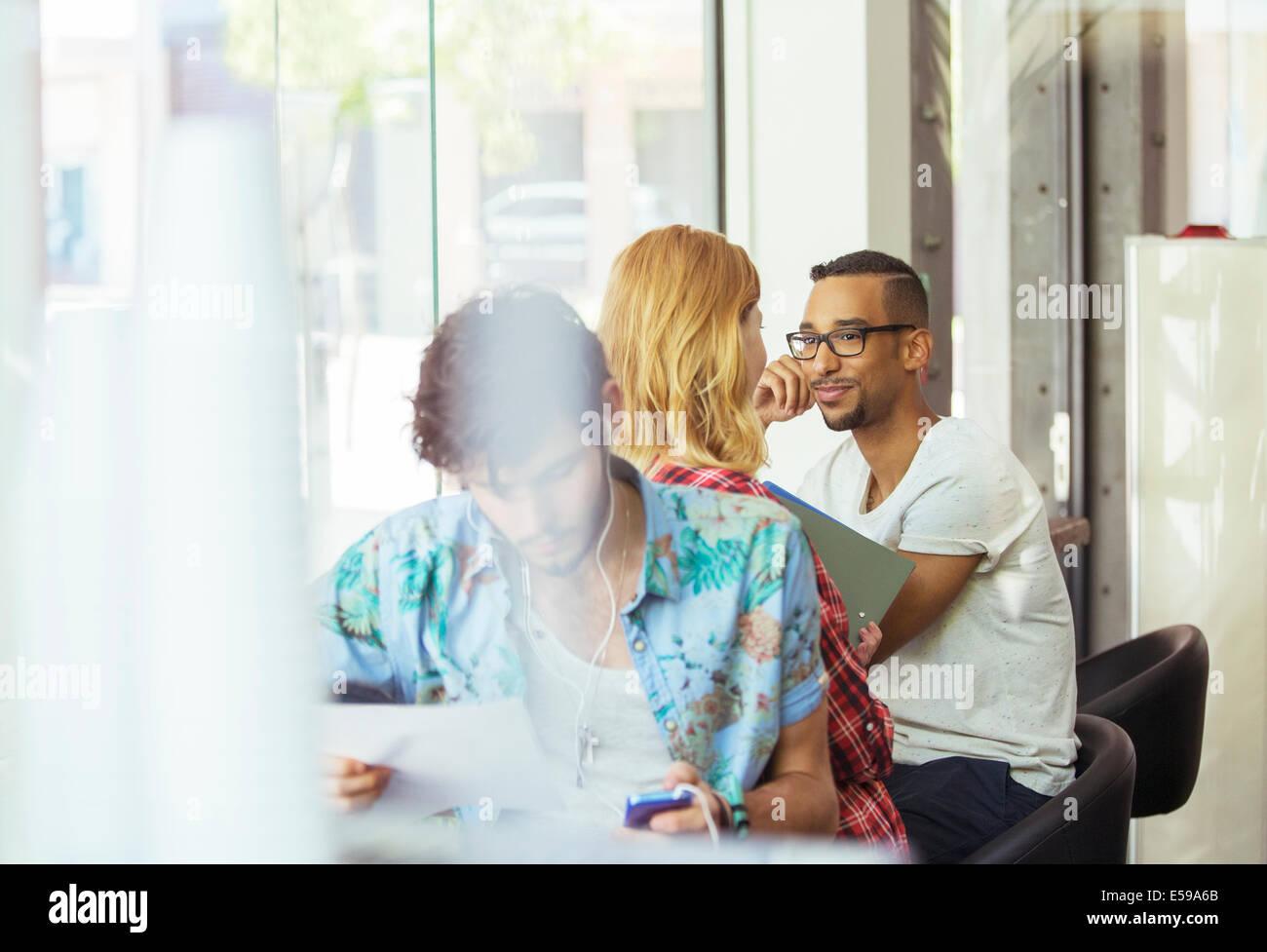 Las personas que trabajan en el café Imagen De Stock