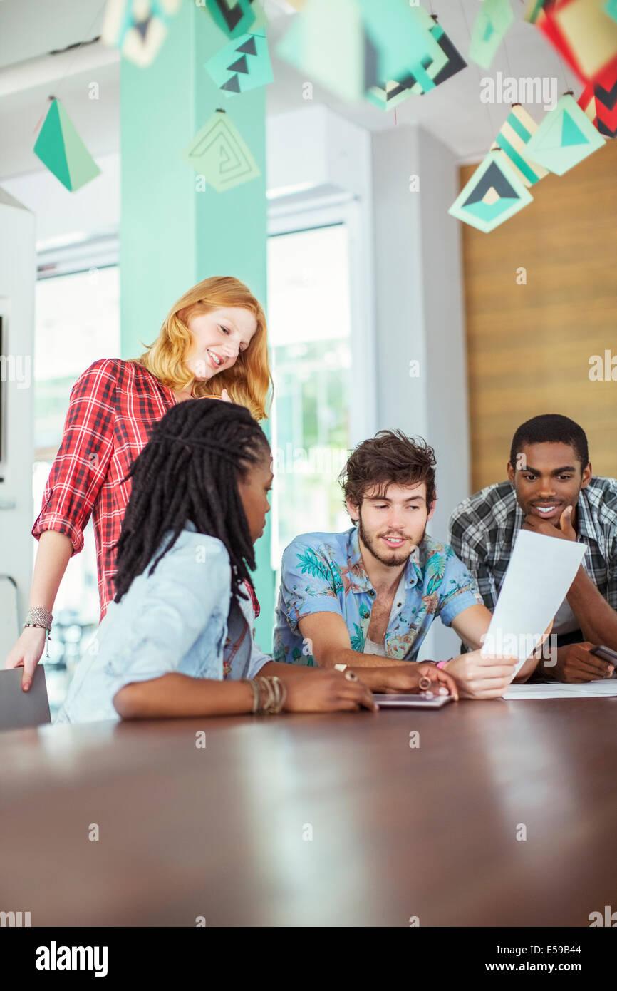 La gente habla en reunión Imagen De Stock
