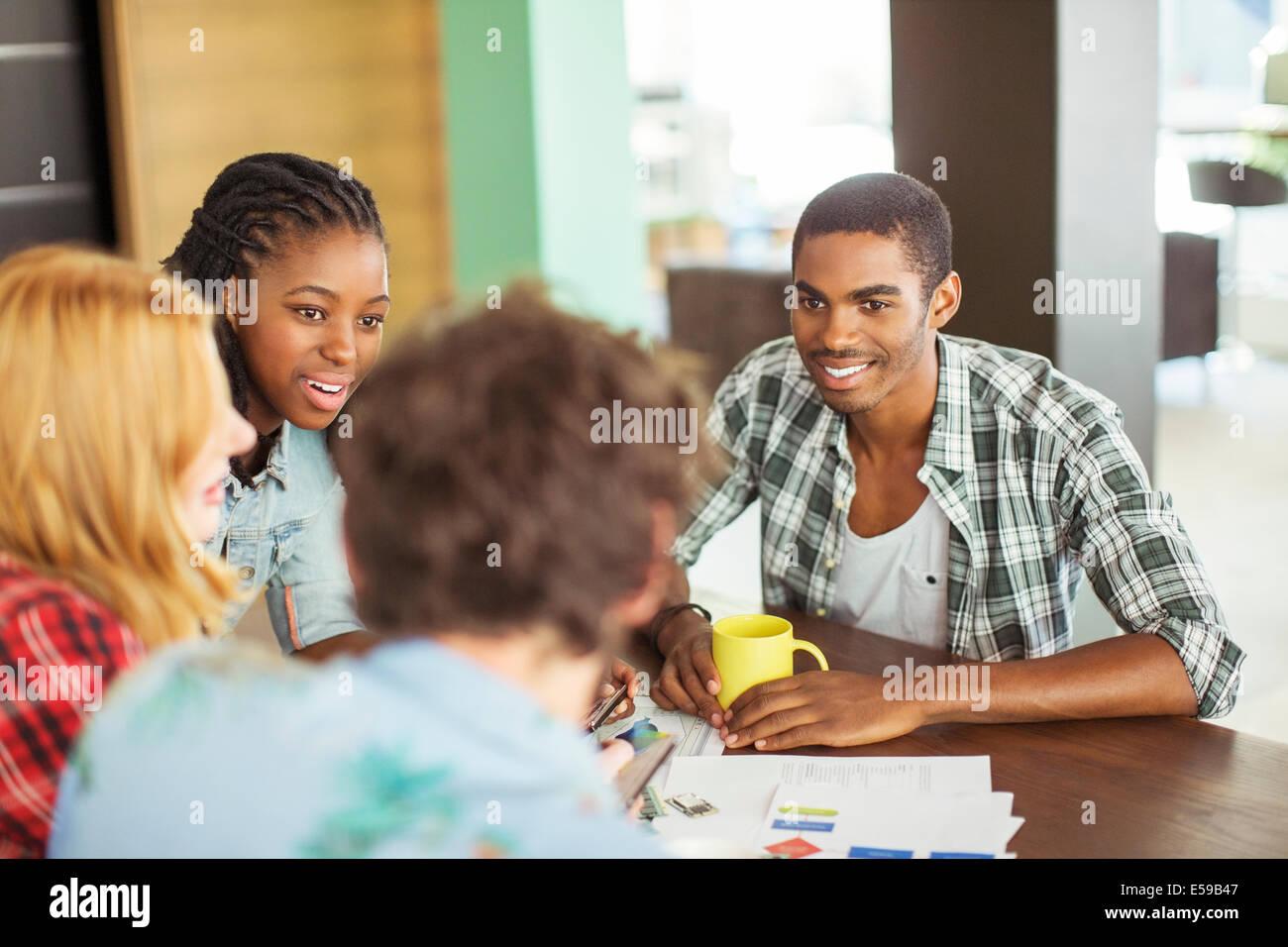 La gente habla en reunión Foto de stock