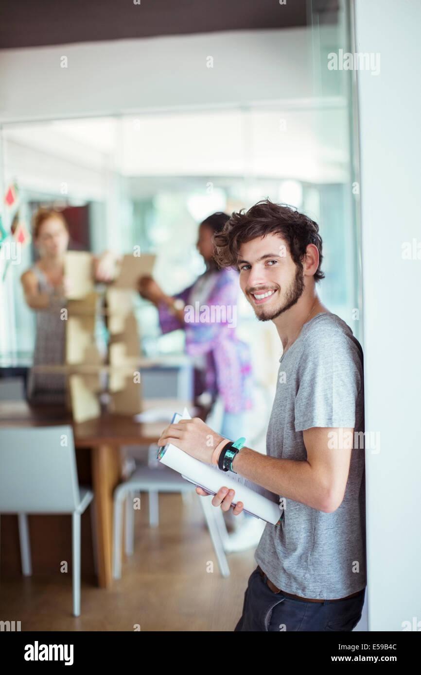 El hombre lleva libro en Office Imagen De Stock