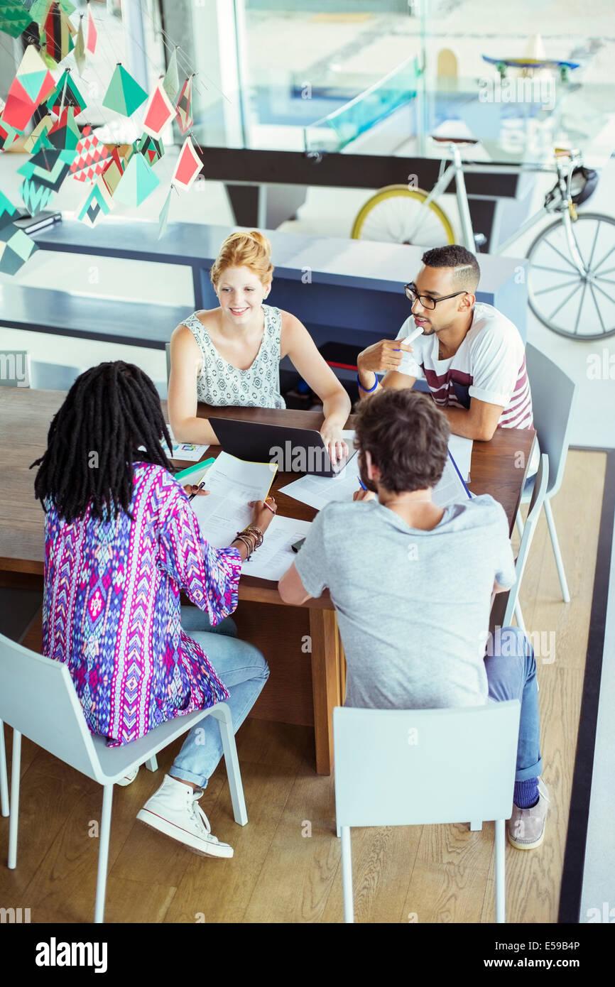 Gente hablando en Office Imagen De Stock