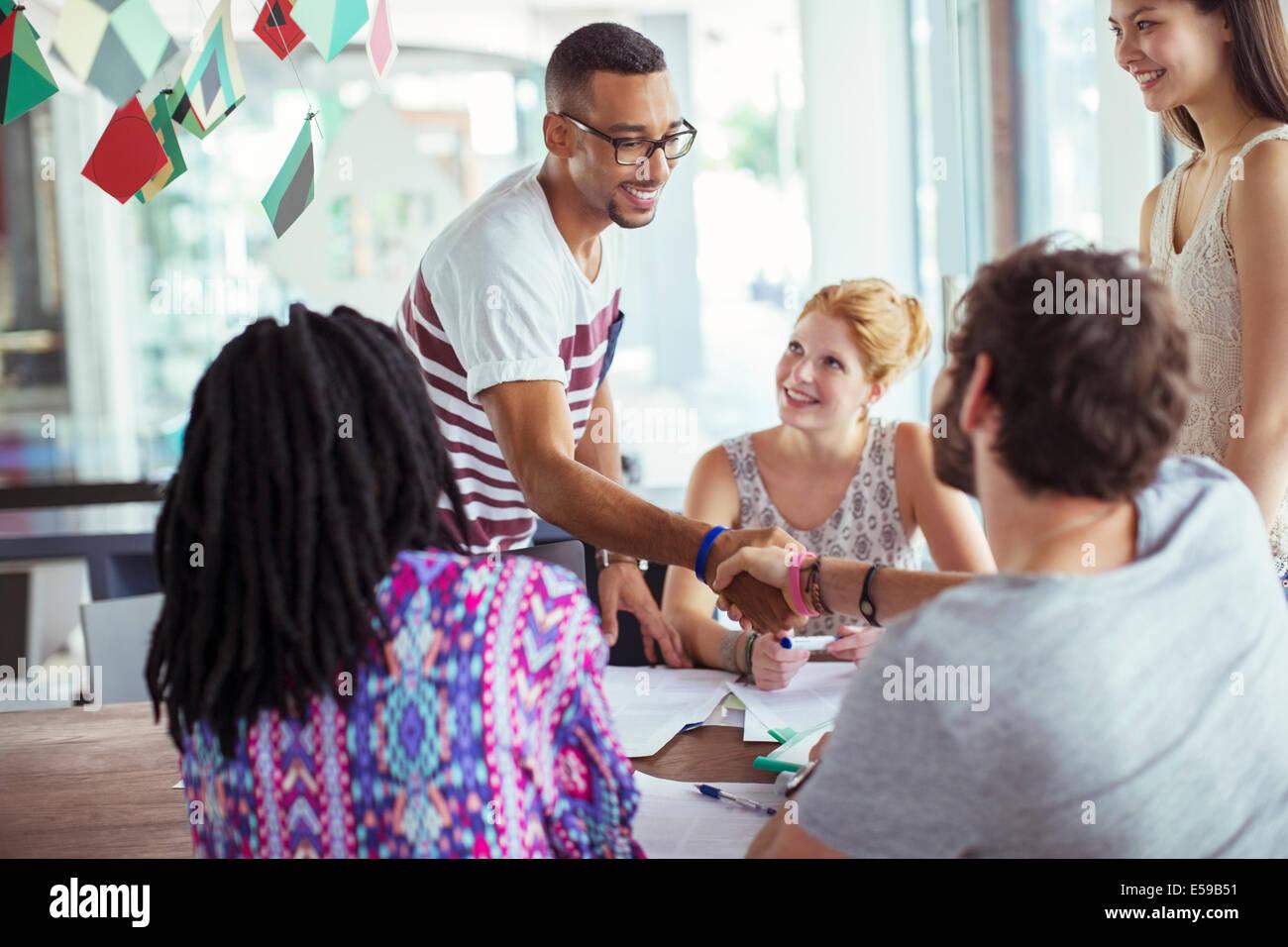 La gente agitando las manos en Office Imagen De Stock