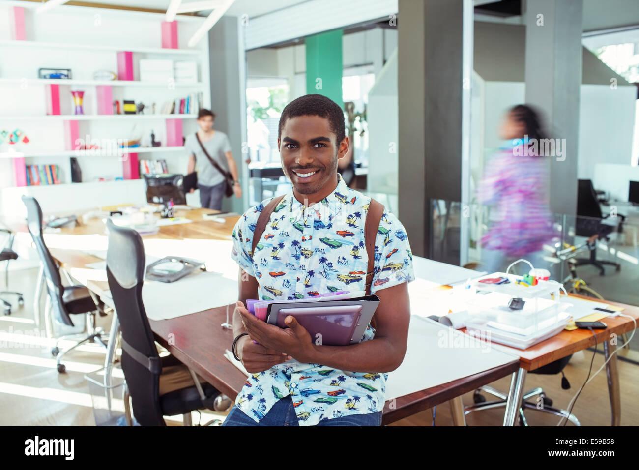 Personas sonriendo en la mesa de conferencias en la oficina Imagen De Stock