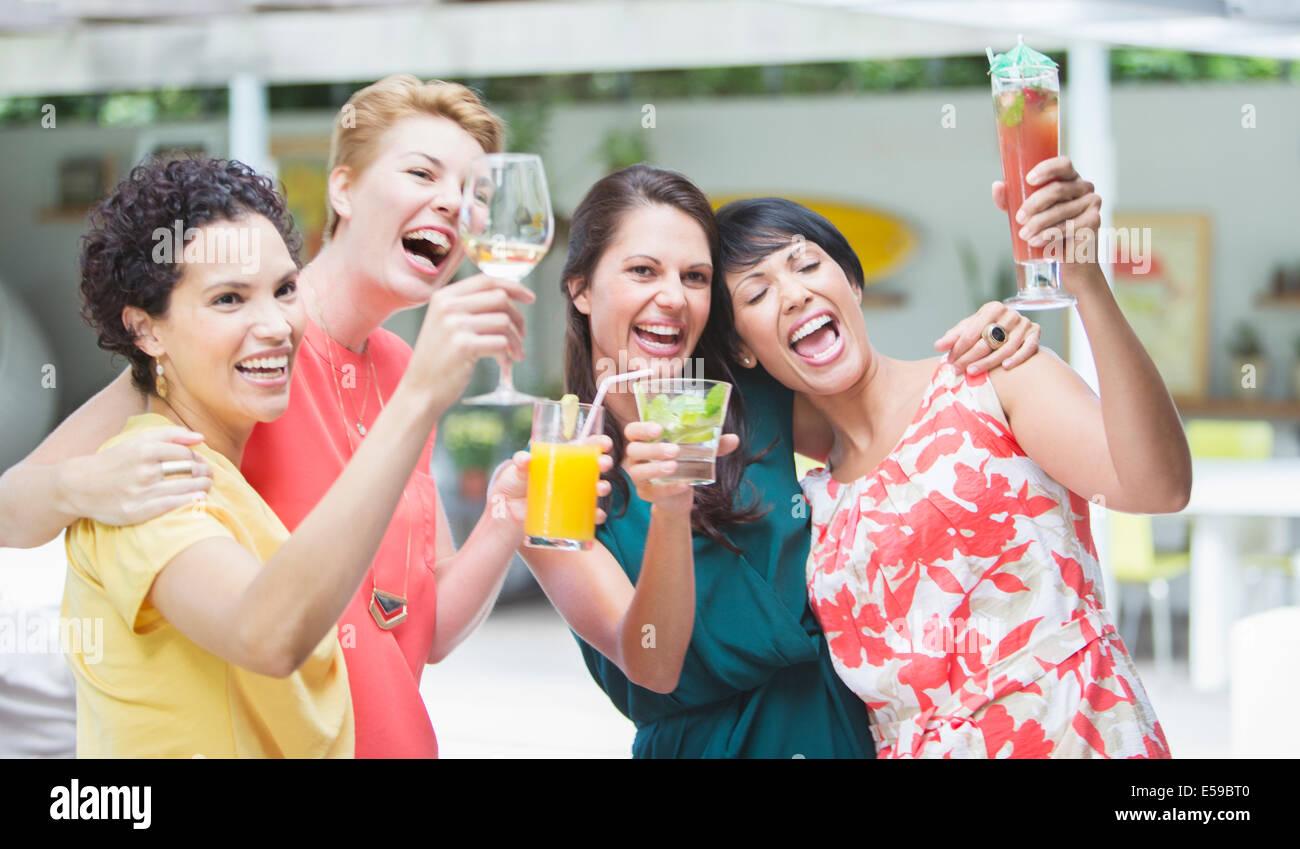 Las mujeres aclamando junto al partido Imagen De Stock