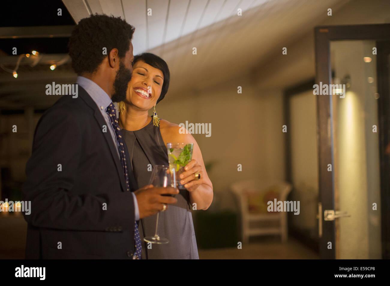 Pareja besándose en parte Imagen De Stock