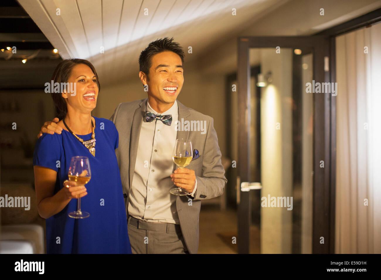 Par riendo juntos de la fiesta Imagen De Stock