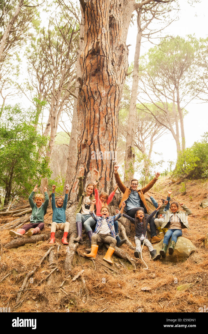 Maestros y alumnos aplaudiendo en el bosque Imagen De Stock