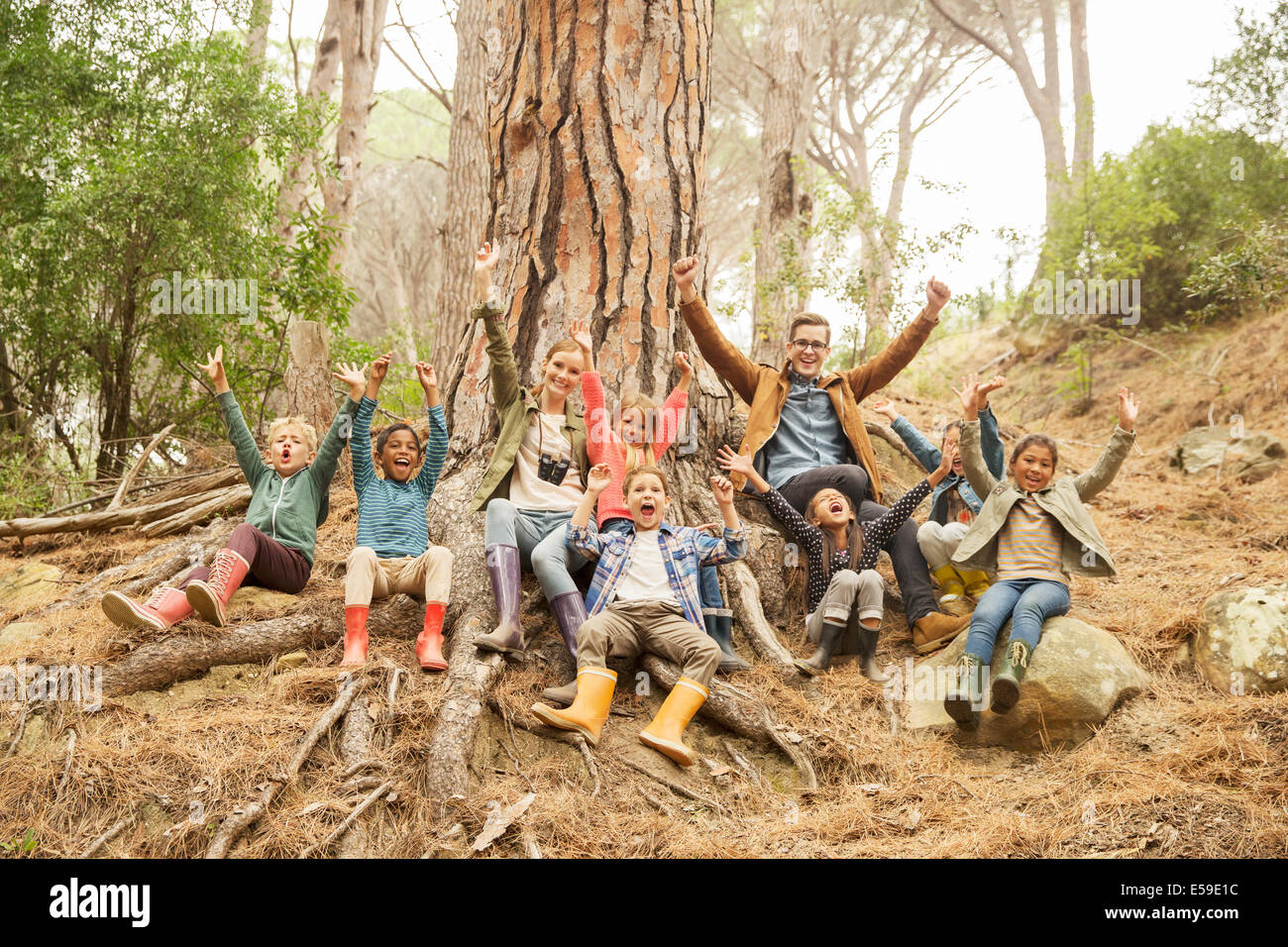 Estudiantes y profesores aclamando en el bosque Imagen De Stock