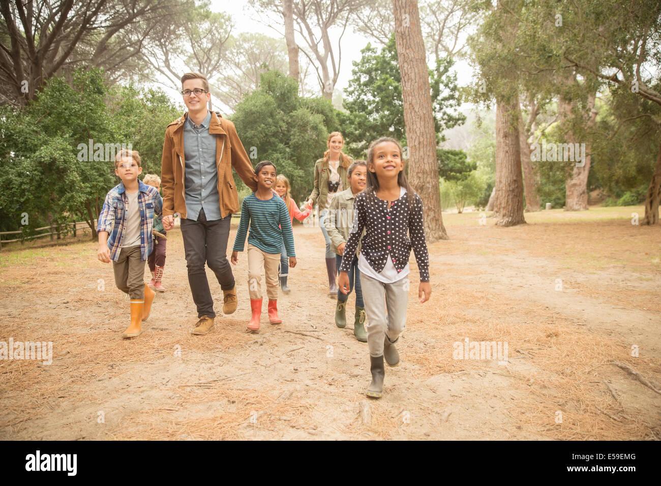 Estudiantes y profesores caminar al aire libre Imagen De Stock