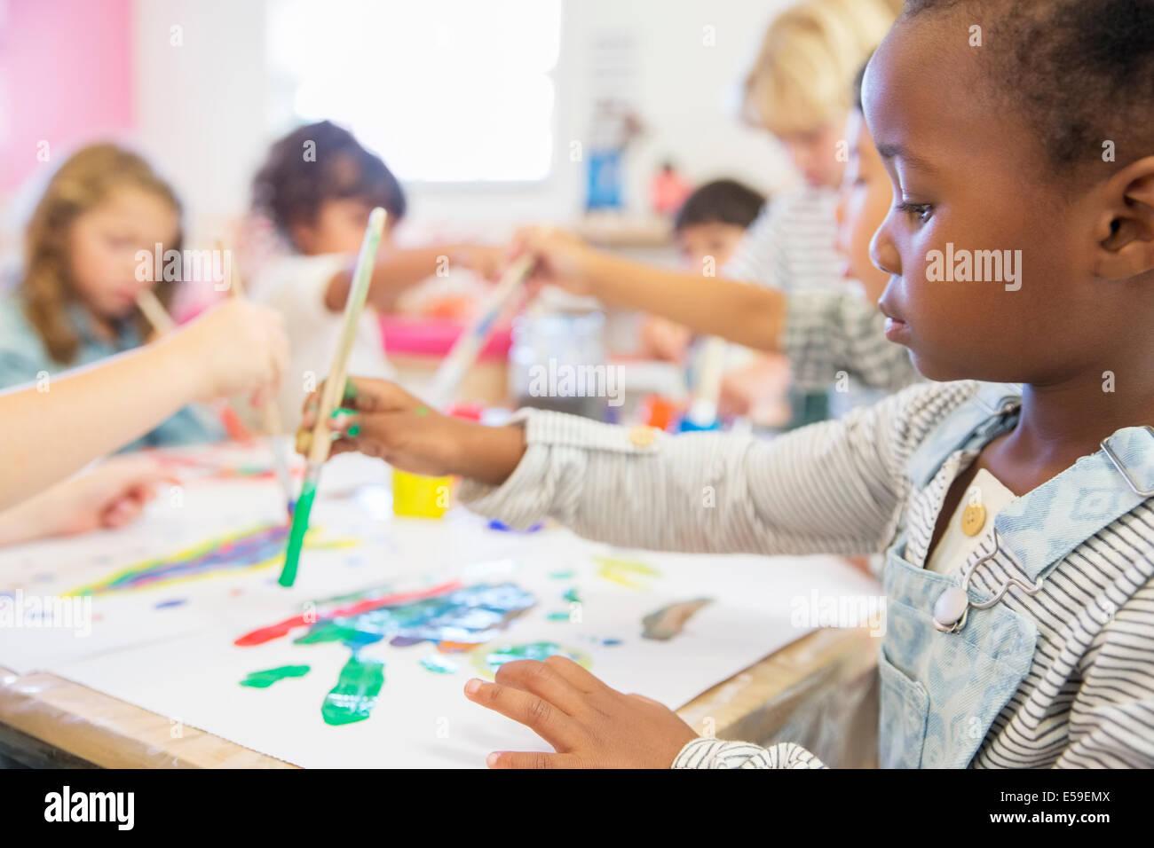 Pintura del estudiante en el aula Imagen De Stock