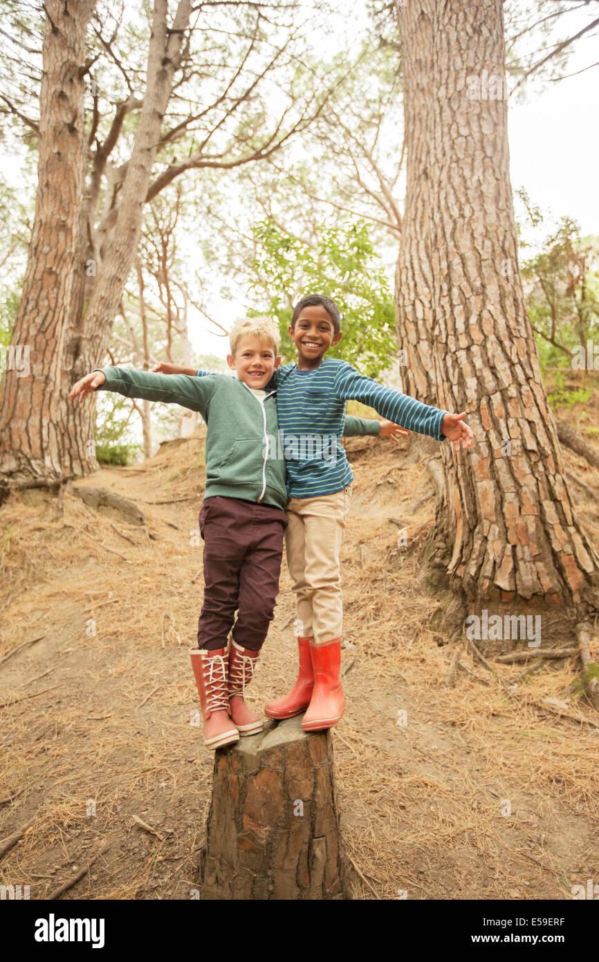 Los niños la escalada en el tocón en el bosque Imagen De Stock