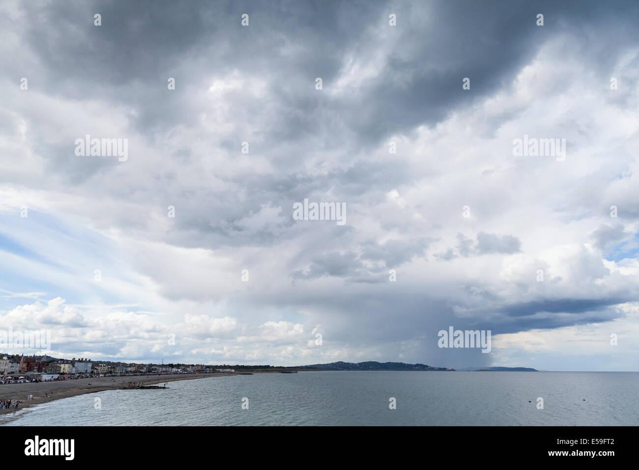 Las nubes de lluvia a lo largo de la costa oriental de Irlanda Visto desde Bray, Condado de Wicklow, Irlanda. Foto de stock