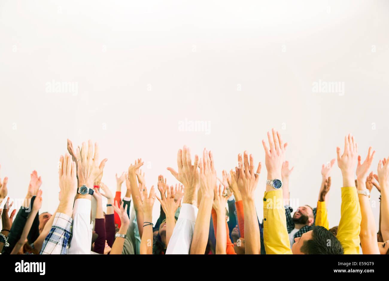 La gente de negocios con los brazos levantados Imagen De Stock