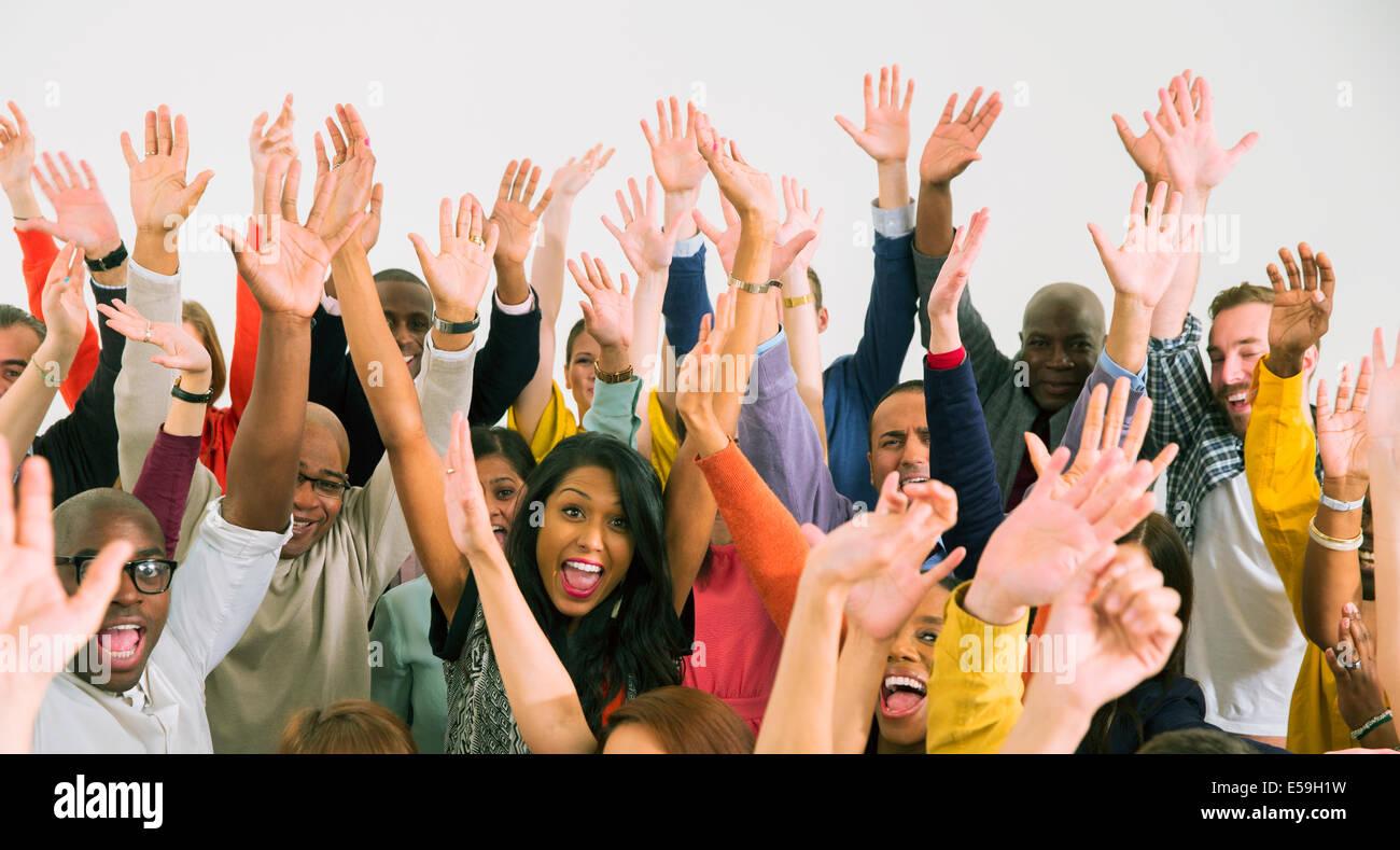 Retrato de diversa multitud vitoreando Imagen De Stock
