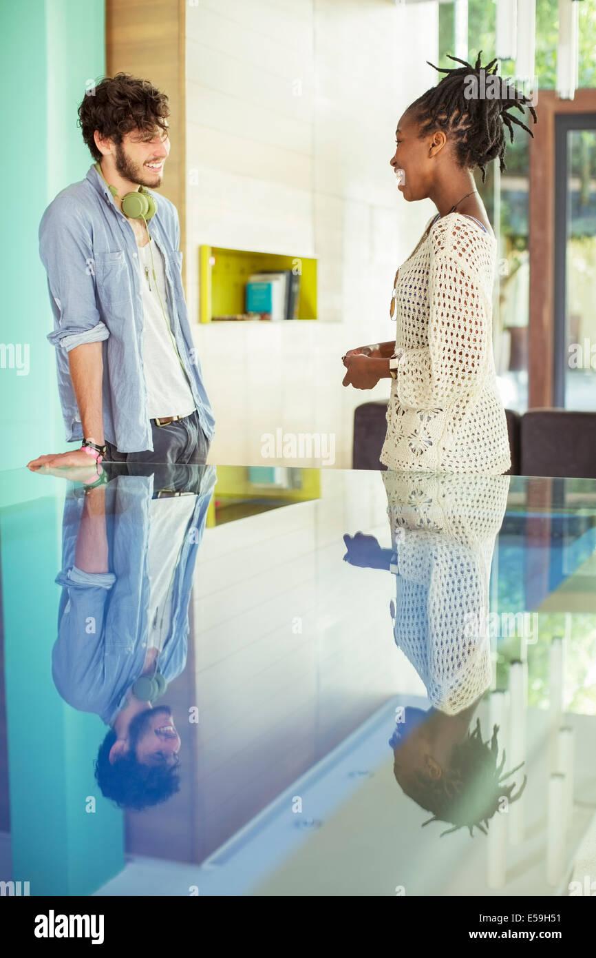 Gente hablando en Office Foto de stock