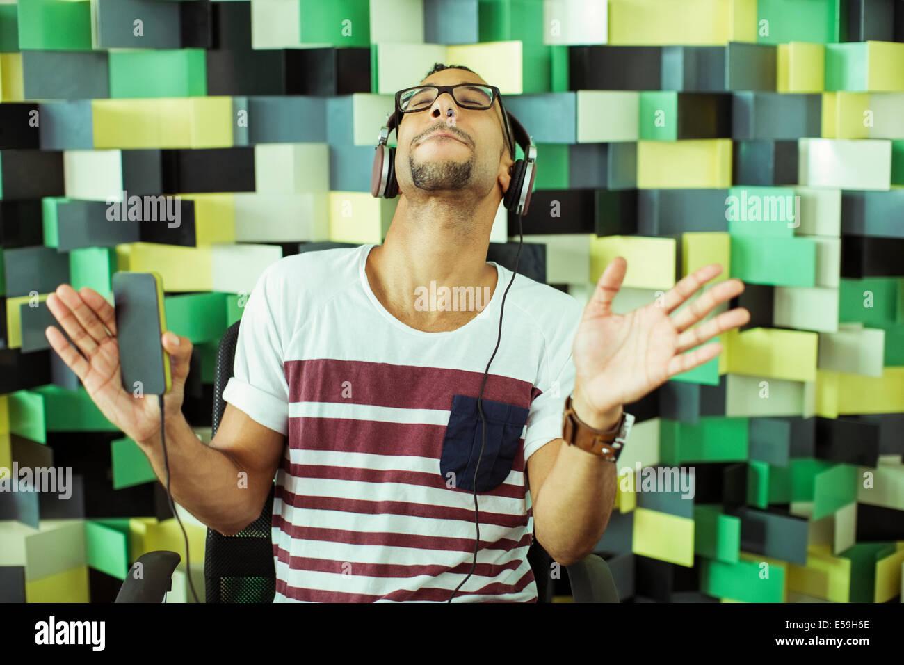 Hombre escuchar auriculares Imagen De Stock