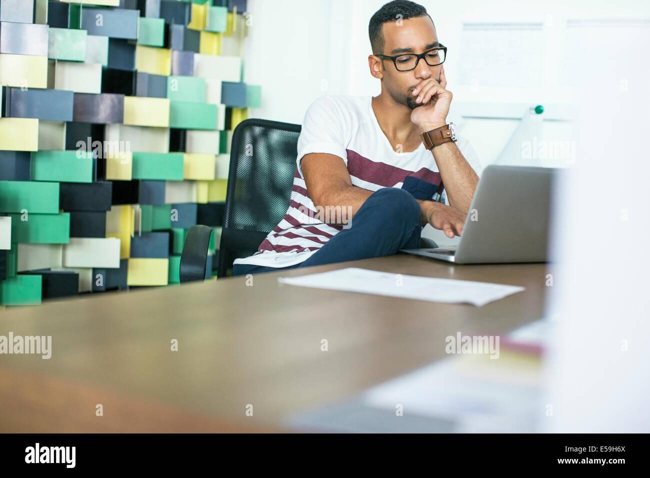 Hombre utilizando el portátil en la oficina Imagen De Stock