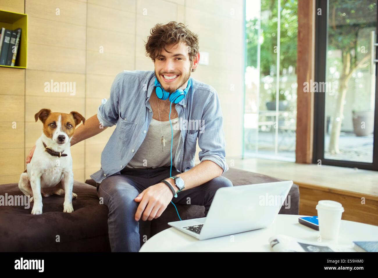 Hombre acariciar a perros en Office Imagen De Stock