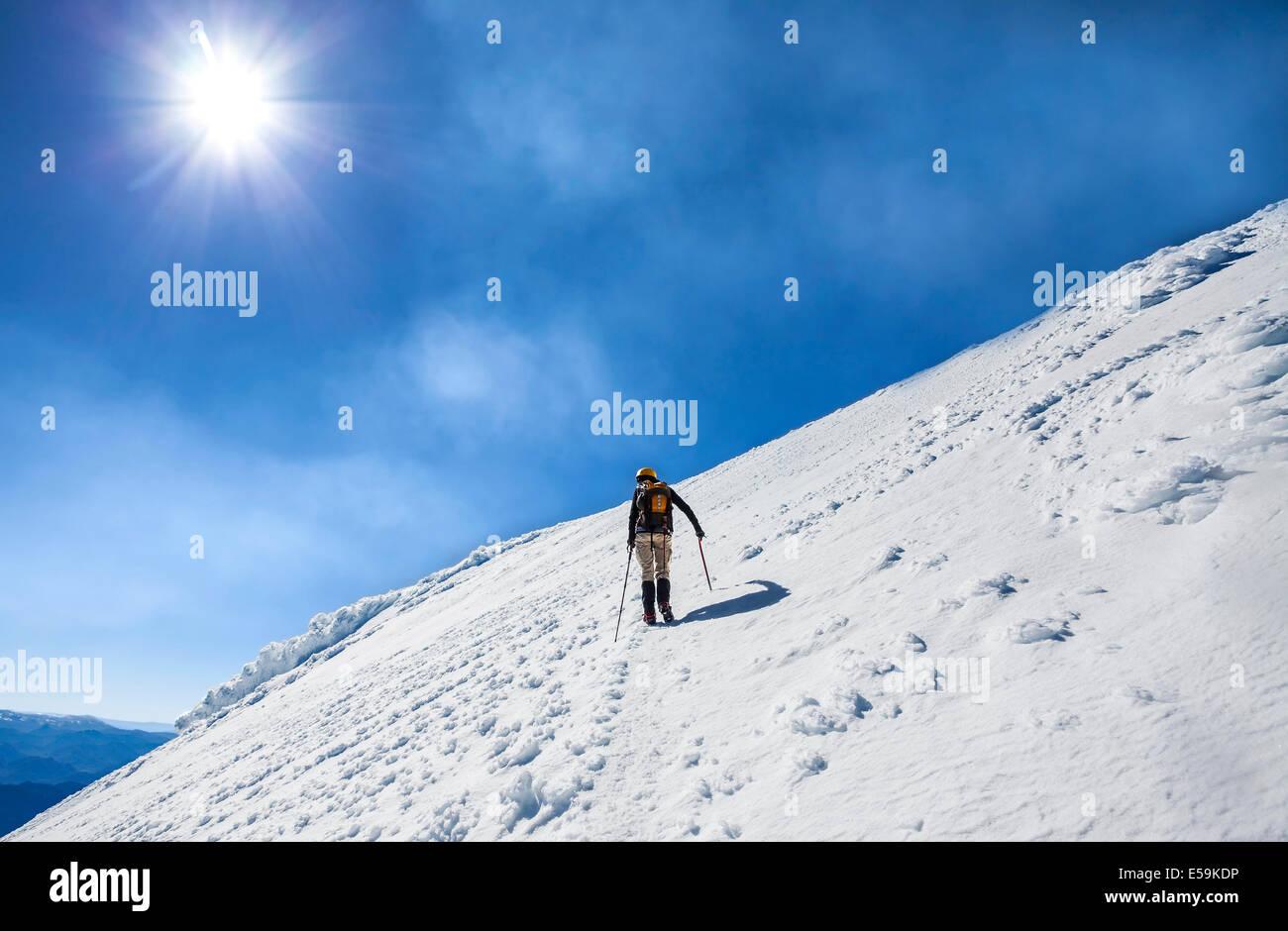 Escalador en el camino a la cima de un volcán activo Villarrica en Chile. Imagen De Stock
