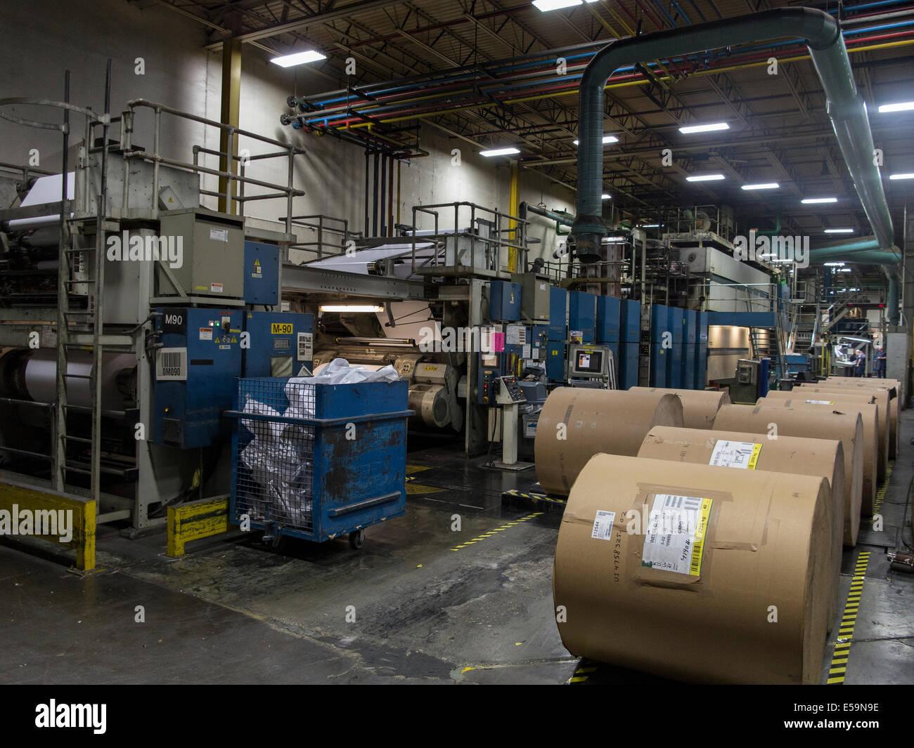Grandes rollos de papel para la prensa offset web. Imagen De Stock