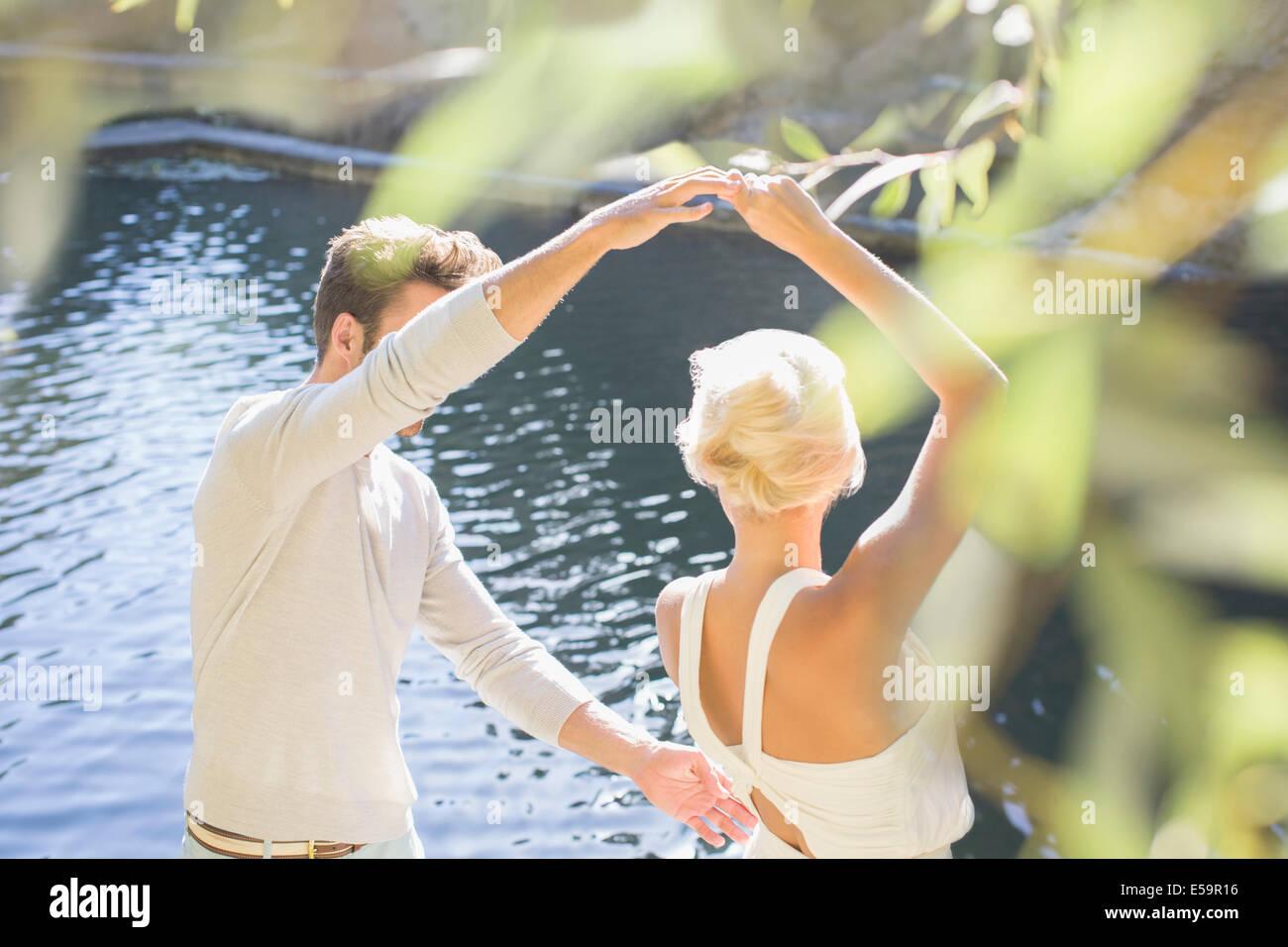 Pareja de bailarines por la piscina Imagen De Stock