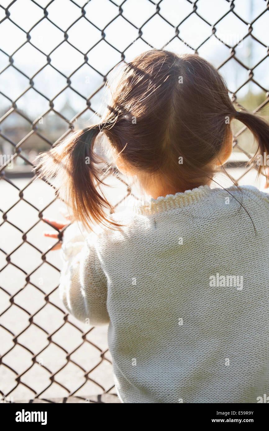 Chica de pie al eslabón de la cadena cerco Imagen De Stock