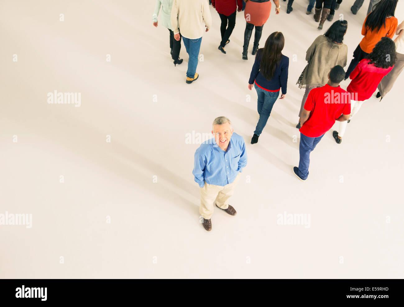 Multitud caminando lejos del hombre Imagen De Stock