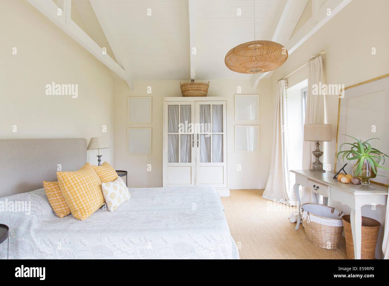 La cama y el armario en dormitorio de casa rústica Imagen De Stock