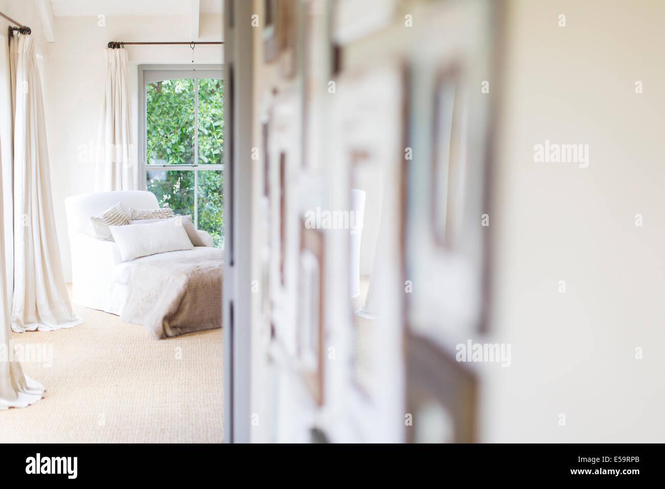 Tapices de Pared y un sillón en casa rústica Imagen De Stock