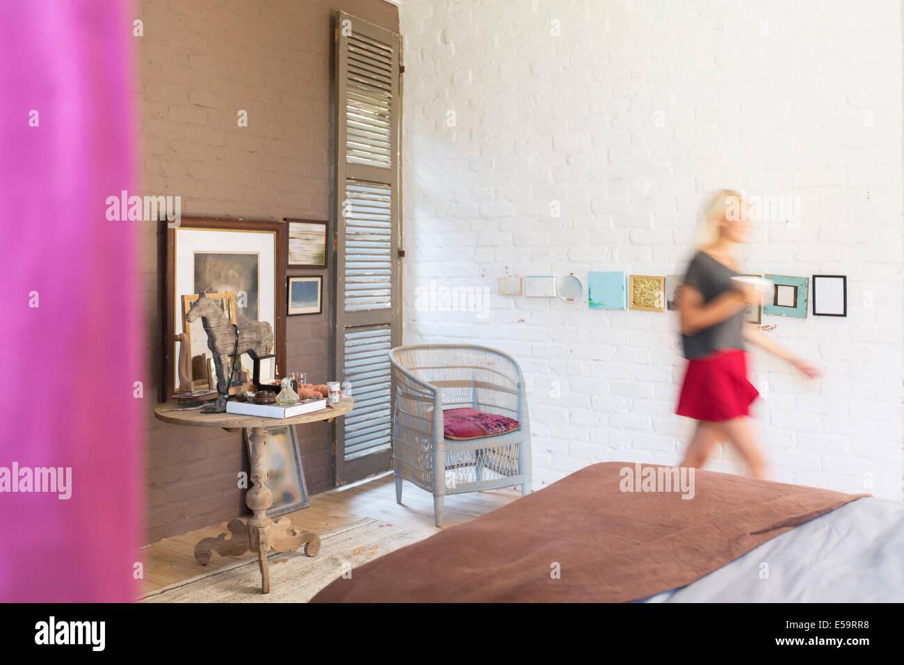 Vista borrosa de una mujer caminando en dormitorio Imagen De Stock