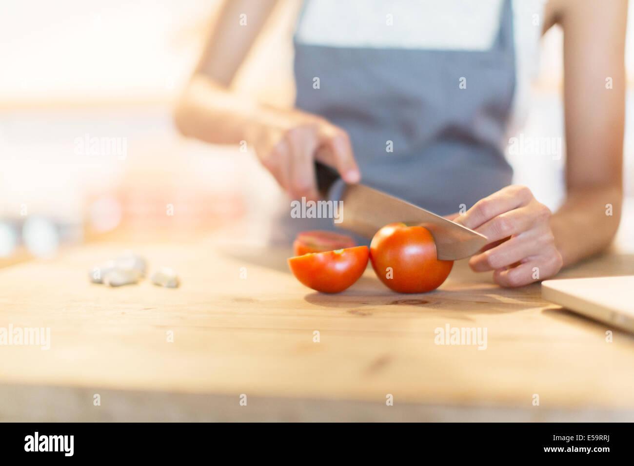 Mujer picar las verduras en la cocina Imagen De Stock