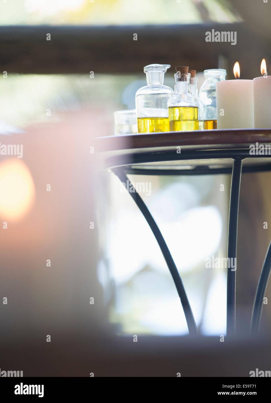 Aceites esenciales y velas sobre la mesa Imagen De Stock
