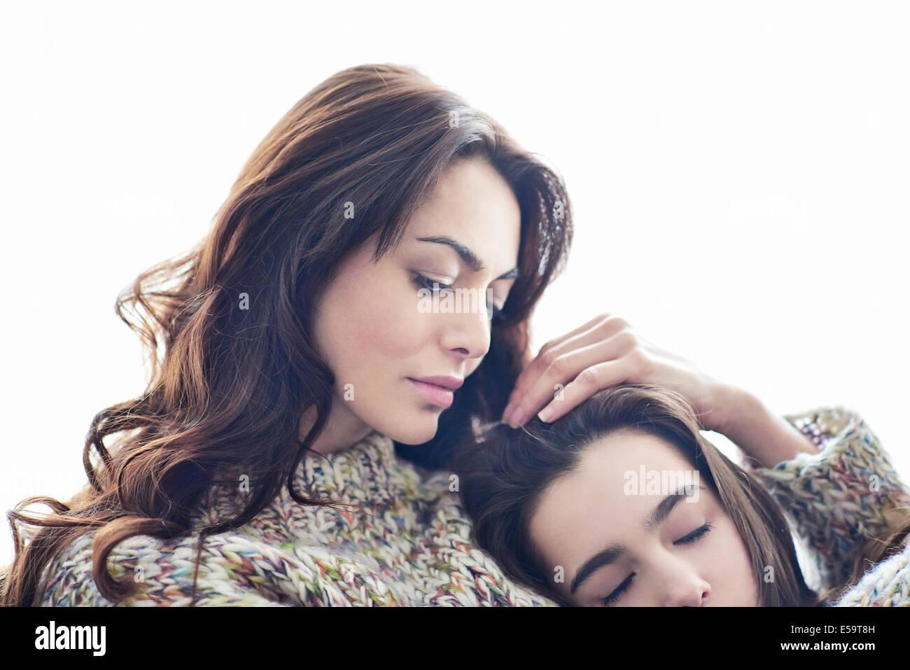 Abrazarse madre hijo Imagen De Stock