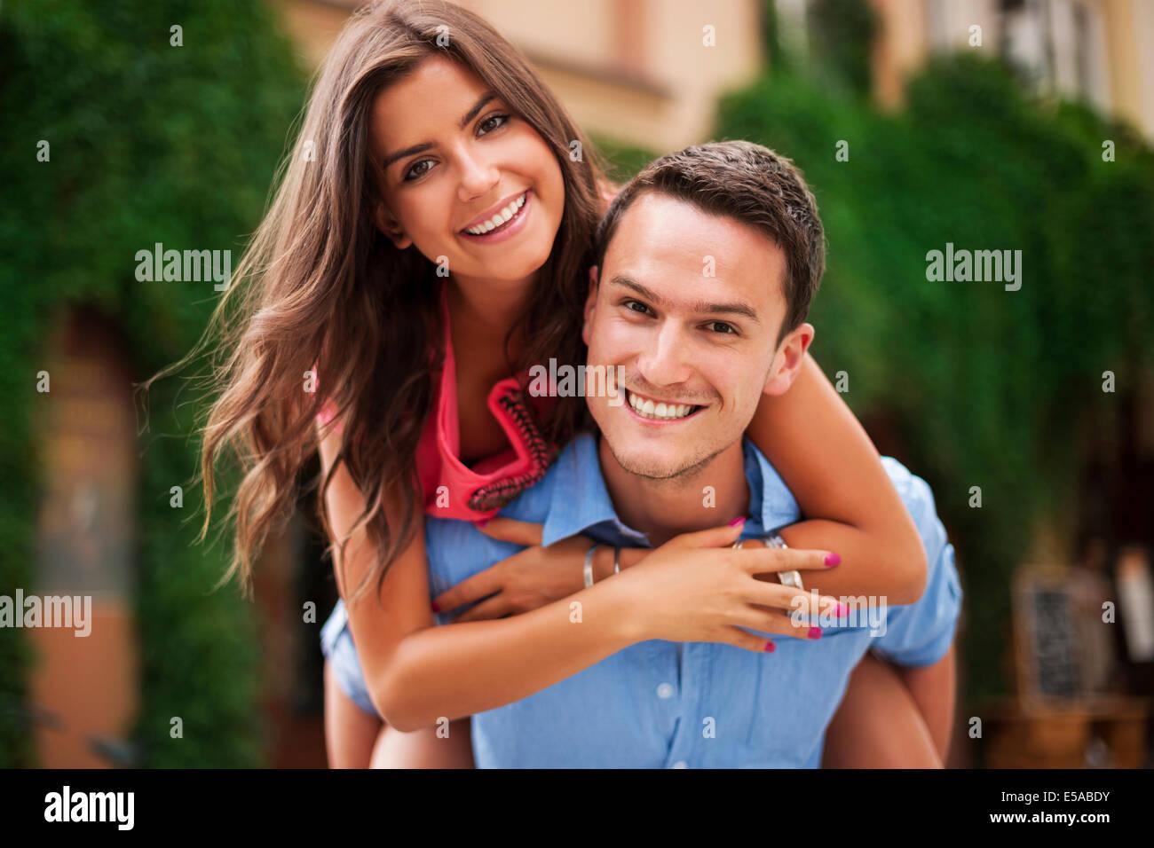 Pareja joven teniendo un gran tiempo juntos, Debica, Polonia Imagen De Stock
