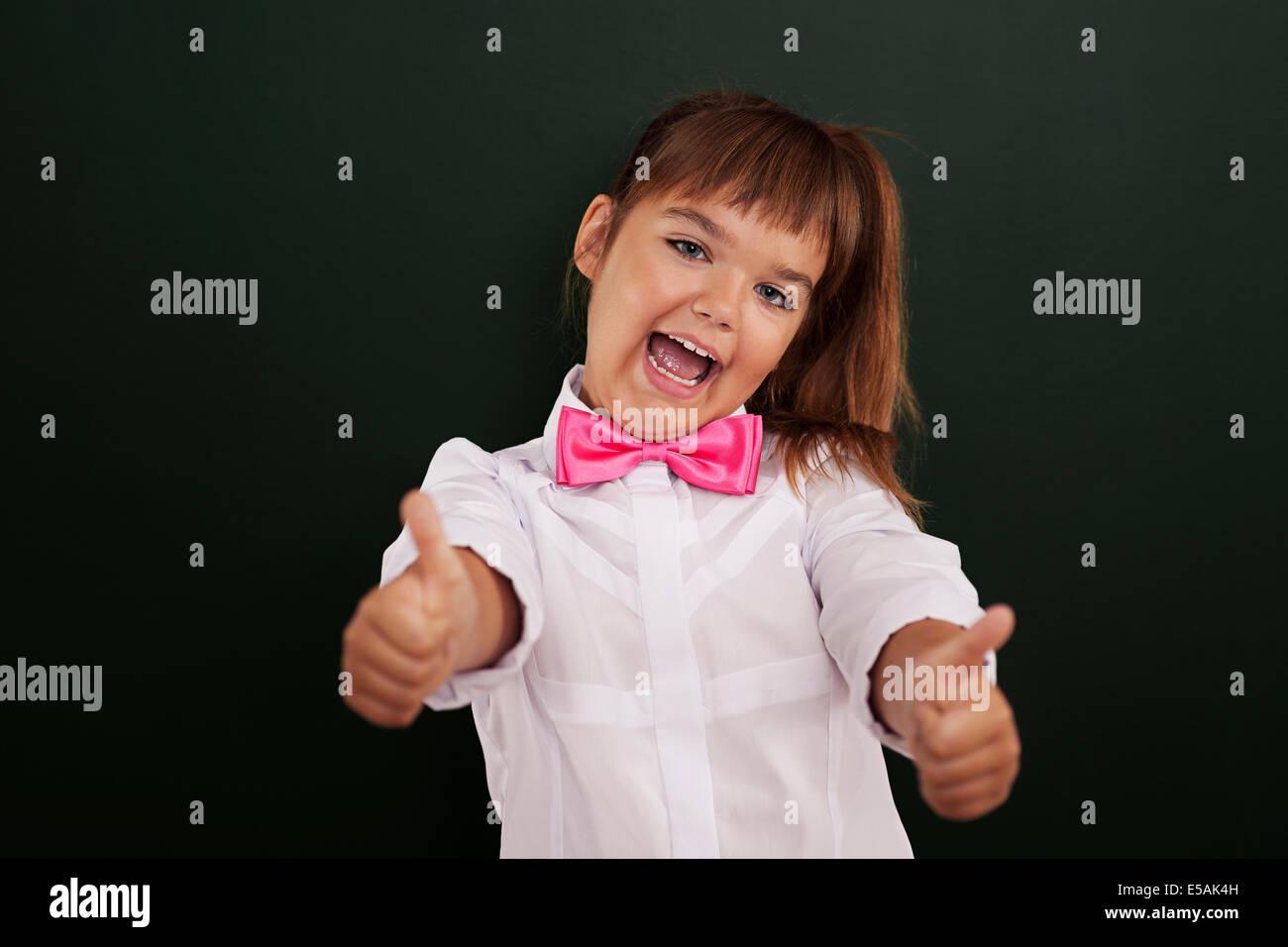 Niña alegre mostrando pulgar arriba, Debica, Polonia Imagen De Stock