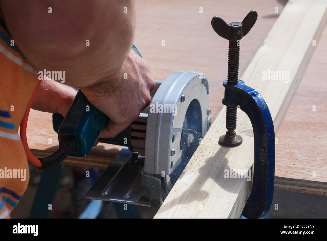 Carpenter haciendo DIYcutting madera con una sierra circular eléctrica herramienta eléctrica. Inglaterra, Reino Unido, Gran Bretaña Foto de stock