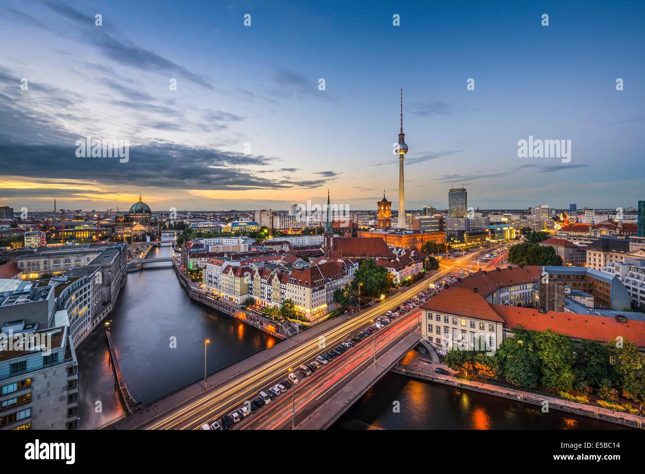 Berlín, Alemania la ciudad al anochecer. Imagen De Stock